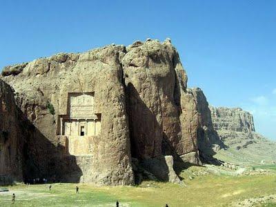Foto Istana Yang Terbuat Dari Sebuah Gunung